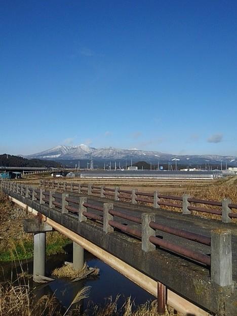 Photos: 雪が積もった山と川と空と橋(12月18日)