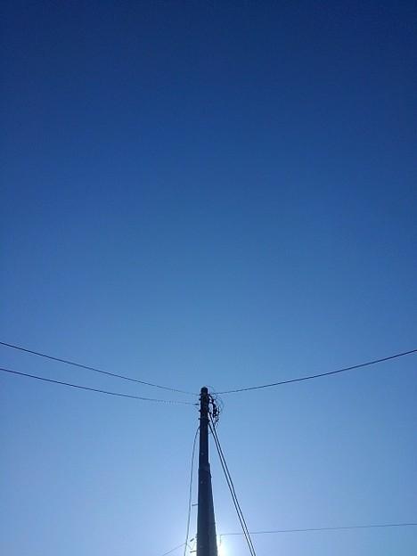 電柱の上の青空