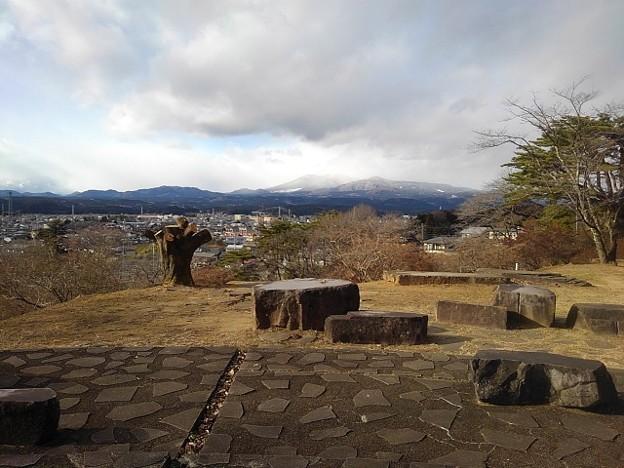 奥に山が見える公園の丘の石畳の道(1月1日)