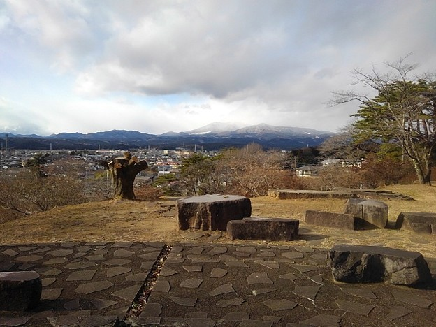 Photos: 奥に山が見える公園の丘の石畳の道(1月1日)