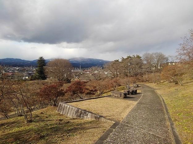 石のベンチもある丘の道(1月1日)