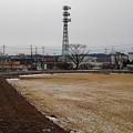 長峰公園の奥に鉄塔が見える広場(1月24日)