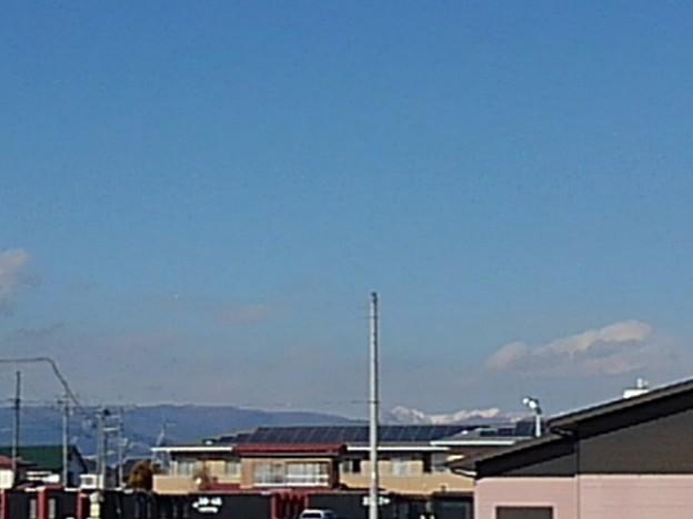 建物の奥に見える雪山(1月18日)