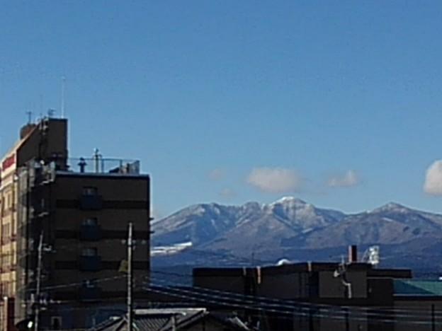 ホテルのビルと雪山(1月31日)