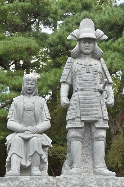 真田信之像と妻の小松姫像