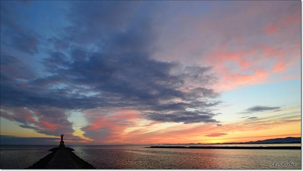 写真: 伊良湖水道の夜明け