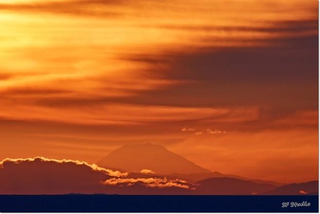 写真: 暁の富士山