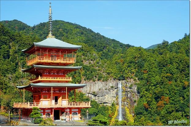 那智山青岸渡寺の三重塔と那智の滝