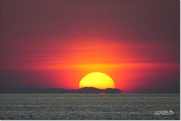 朝陽に浮かぶ山脈
