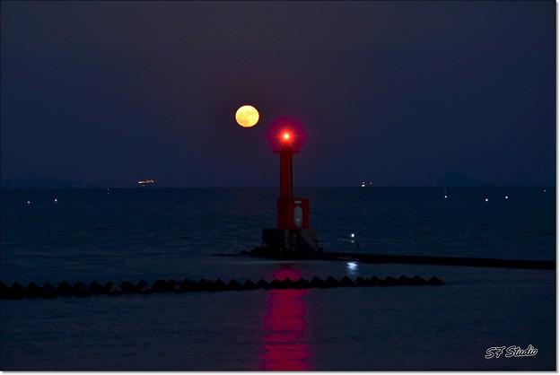 伊良湖水道の満月