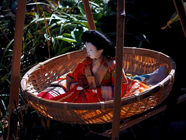竹籠に乗ったお雛様