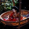 写真: 竹籠に乗ったお雛様