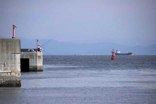 Photos: 防波堤の釣り人