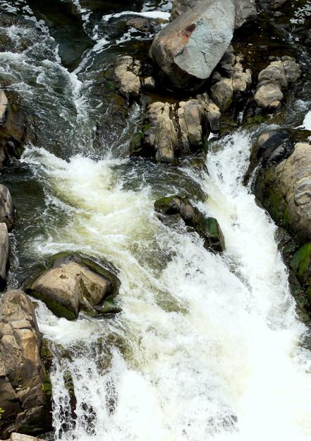 滝のような流れ