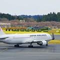 写真: 滑走路へ向かう飛行機