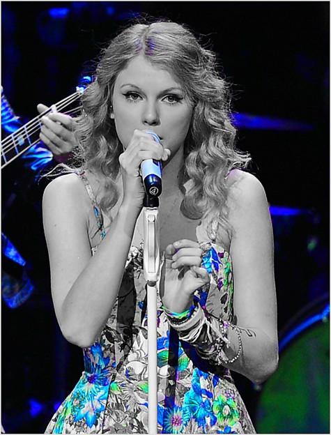 Beautiful Blue Eyes of Taylor Swift(10677)