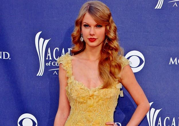Beautiful Blue Eyes of Taylor Swift (10765)