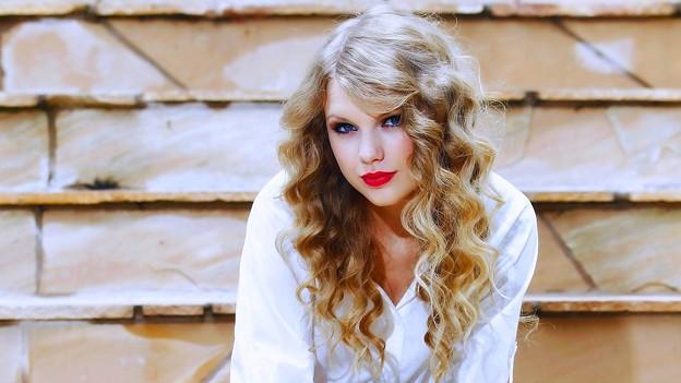 Beautiful Blue Eyes of Taylor Swift (10770)