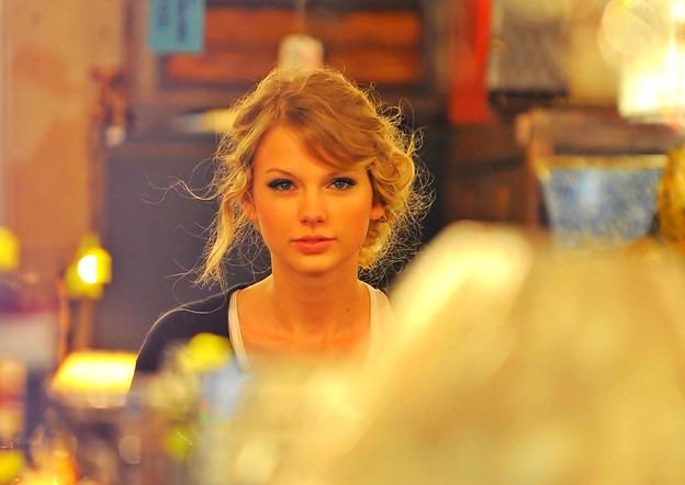 Beautiful Blue Eyes of Taylor Swift (10774)