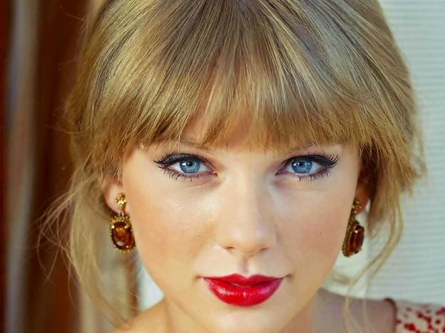 Beautiful Blue Eyes of Taylor Swift (10780)
