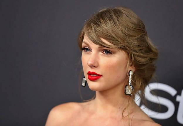 Beautiful Blue Eyes of Taylor Swift (10808)