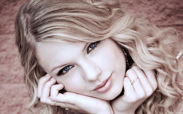 Beautiful Blue Eyes of Taylor Swift (10810)