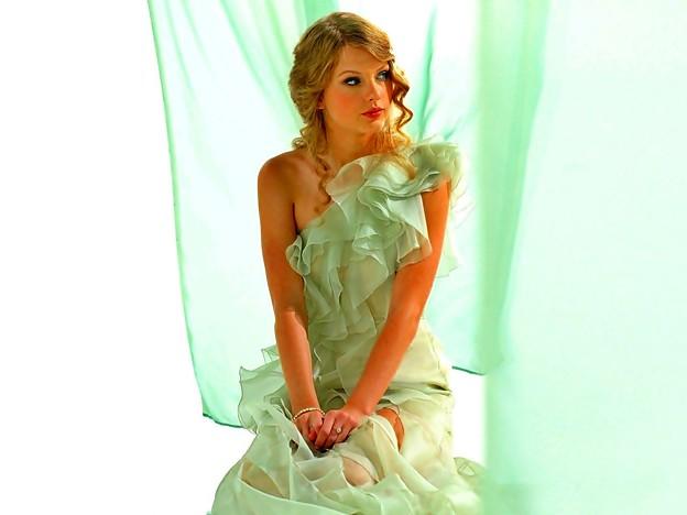 Beautiful Blue Eyes of Taylor Swift (10821)