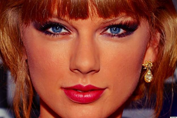 Beautiful Blue Eyes of Taylor Swift (10823)