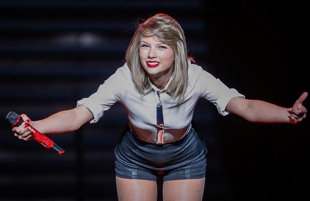 Beautiful Blue Eyes of Taylor Swift (10824)