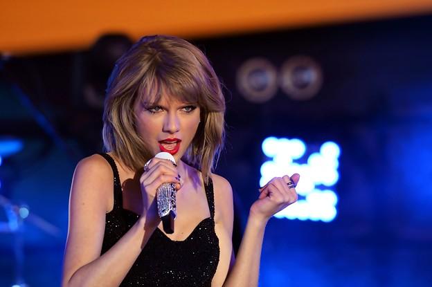 Beautiful Blue Eyes of Taylor Swift (10825)