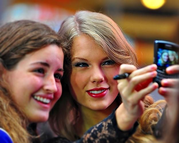 Beautiful Blue Eyes of Taylor Swift (10826)