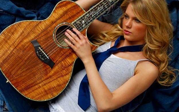 Beautiful Blue Eyes of Taylor Swift (10833)