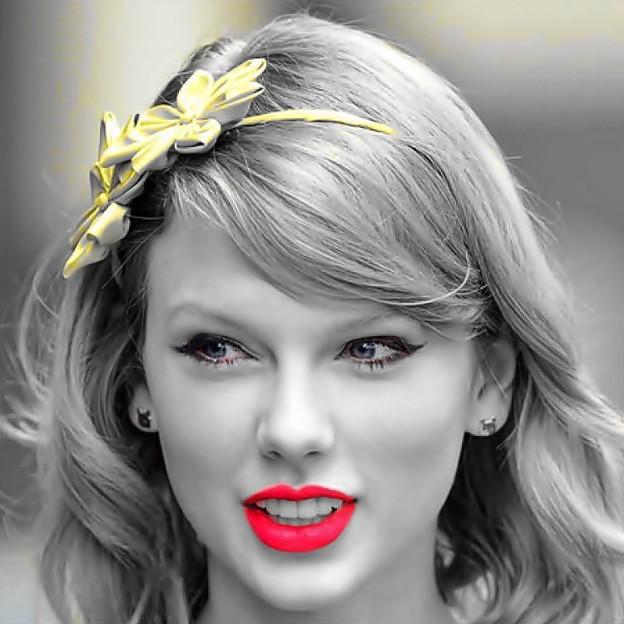 Beautiful Blue Eyes of Taylor Swift (10846)