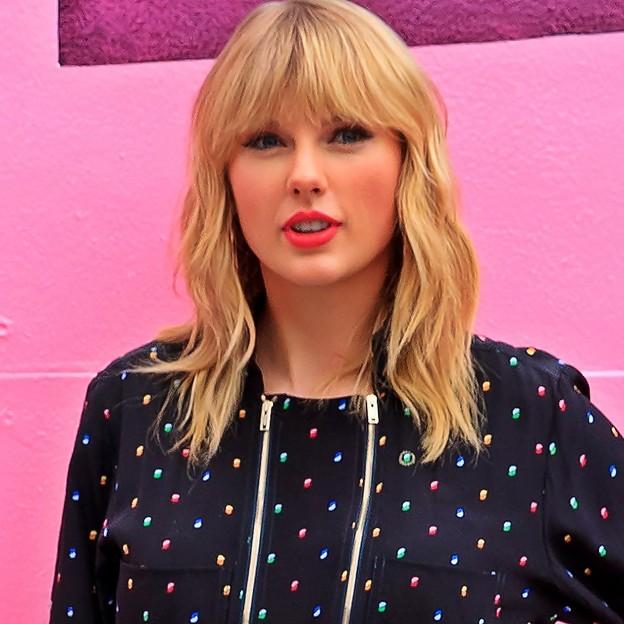 Beautiful Blue Eyes of Taylor Swift (10943)
