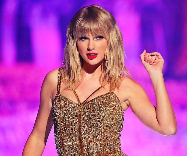 Beautiful Blue Eyes of Taylor Swift (10945)