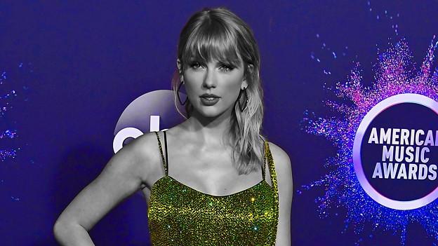 Beautiful Blue Eyes of Taylor Swift (10952)