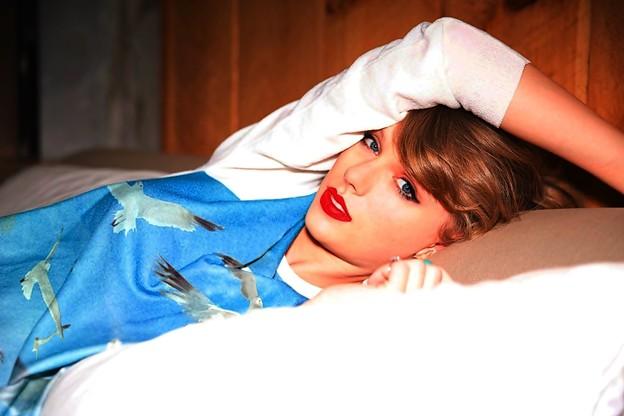 Beautiful Blue Eyes of Taylor Swift (10956)