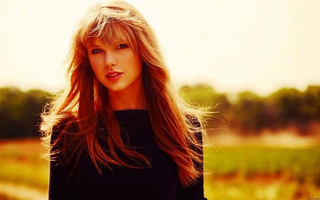 Beautiful Blue Eyes of Taylor Swift (11046)