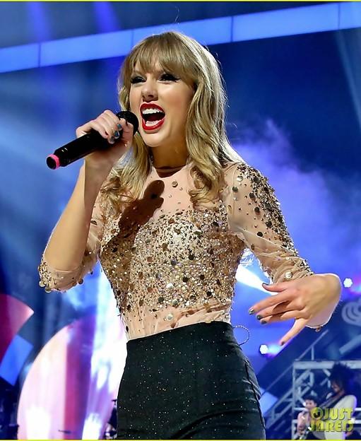 Beautiful Blue Eyes of Taylor Swift (11068)
