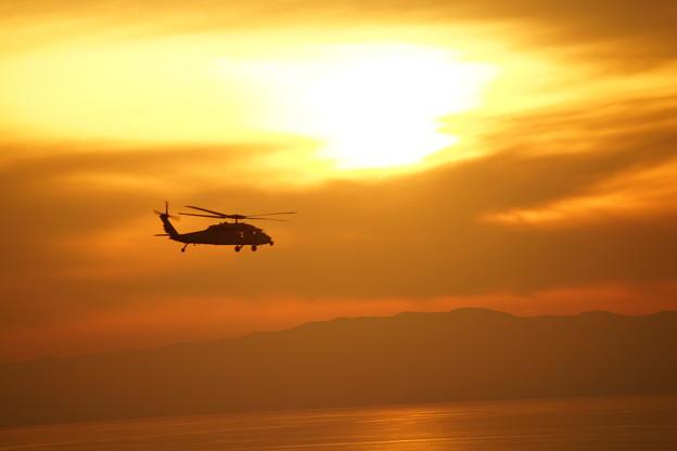 夕暮れのヘリコプター