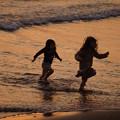 写真: 夕暮れの浜辺