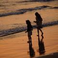 写真: 浜辺の二人