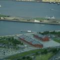 写真: 赤レンガ倉庫と大桟橋