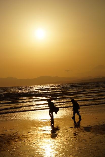 浜辺の二人