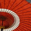 写真: 赤と白の傘
