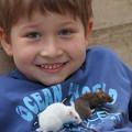 写真: 少年とハツカネズミ