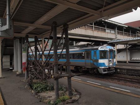 キハ185系特急剣山 予讃線高松駅01
