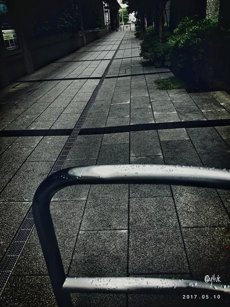 濡れた路地を通るには ~rain bow apple