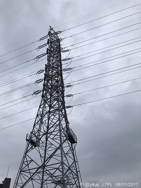 写真: 孤独に立ち大雨に濡れ続ける鉄塔 ~歪んでる様まで同じ境遇