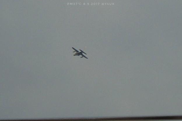 Photos: 15:12暑い時間、曇り空を飛んでた飛行機 ~光ってた尻尾~